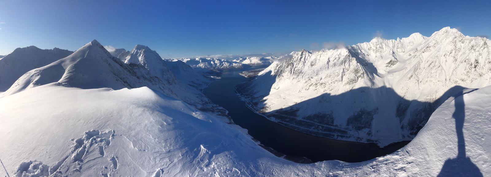 ausblick-auf den-kjosen-fjord-lyngen-norwegen